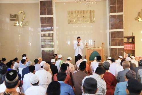 Laki-laki di masjid