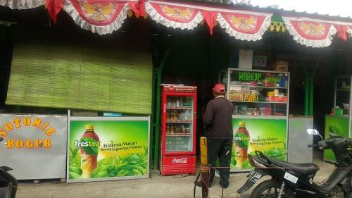 PKL jualan di trotoar. (Foto : Okezone.com/Fadel Prayoga)
