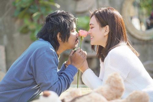 Dodit Mulyanto melakukan adegan mesra dan ciuman bersama Shandy Aulia dalam film Cinta Itu Buta. (Foto: Instagram/@shandyaulia)