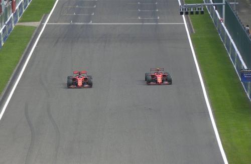 Sebastian Vettel mengalah untuk Charles Leclerc (Foto: Twitter/F1)