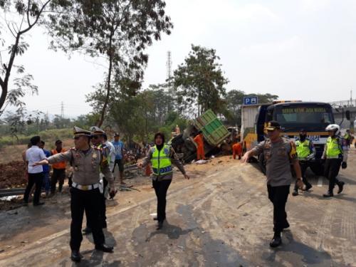 Mobil Terbakar Usai Terlibat Kecelakaan Beruntun di Tol Cipularang (foto: Ist)