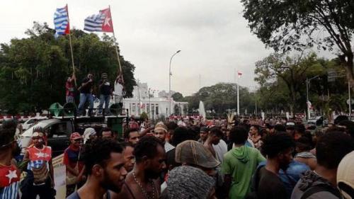 Pengibaran bendera bintang kejora Papua di depan istana. (Foto: Achmad Fardiansyah/Okezone)