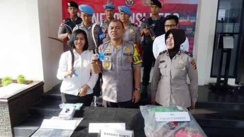 polisi menunjukan bukti