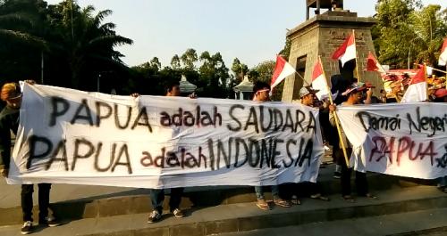 Aksi Damai Warga Papua di Solo (foto: Okezone/Bramantyo)