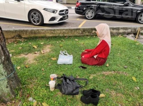 Gadis Salat di pinggir Jalan