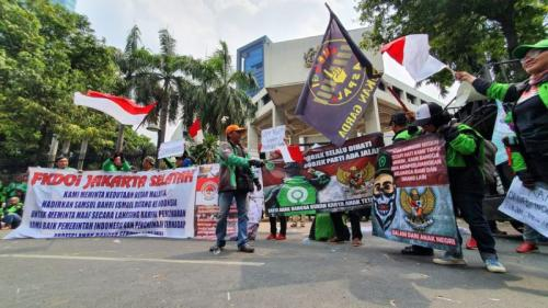 Massa Driver Gojek Demo di Depan Kedubes Malaysia, Lalu Lintas Jalan HR Rasuna Said, Kuningan, Jaksel Macet (foto: Okezone/Arie DS)