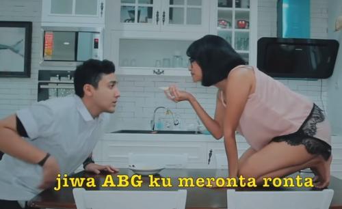 Aron Ashab dan Vanessa Angel membintangi video Mama Lita parodi lagu Senorita. (Foto: YouTube/Aron Ashab)