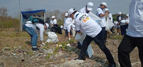 Sampah plastik di pesisir Cirebon dibersihkan (Foto: Okezone.com/Fathnur)