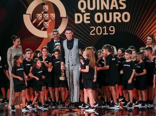 Cristiano Ronaldo menerima penghargaan