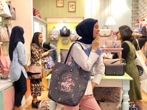Perempuan membawa tas