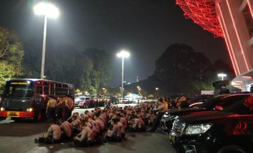 Polisi berjaga di depan tempat pengamanan suporter Malaysia (Foto: Okezone/Rivan Nasri Rachman)