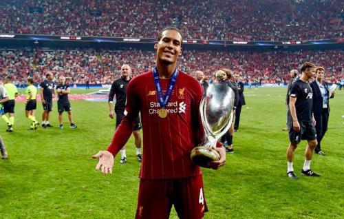 Virgil van Dijk bersama trofi Piala Super Eropa