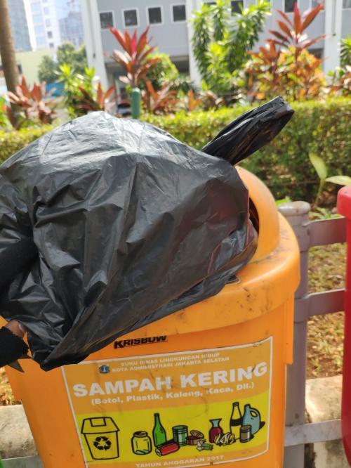 Gojek Pungut Sampah