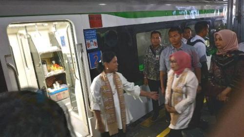 Iriana Jokowi hendak naik KA Prameks tujuan Yogyakarta dari Stasiun Solo Balapan untuk melanjutkan kunjungan kerjanya, Kamis (5/9/2019). (Foto : Okezone.com/Fakhrizal Fakhri)