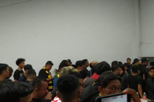 Ratusan Ultras Malaya diamankan di dalam stadion (Foto: Okezone/Rivan Nasri Rachman)