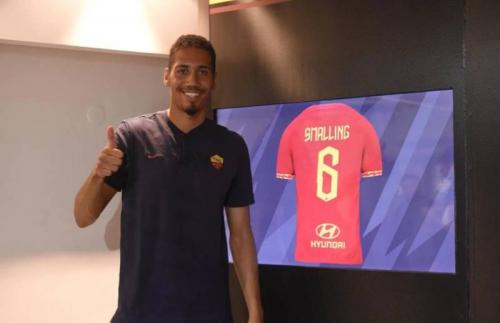 Chris Smalling dipinjam AS Roma semusim (Foto: Twitter/@OfficialASRoma)
