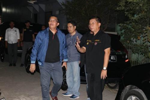 Kapolres Metro Tangerang Kompol Abdul Karim Menyambangi Rumah Keluarga yang Diancam Akan Ditembak Oknum Polisi (Foto : Okezone.com/Isty Maulidya)