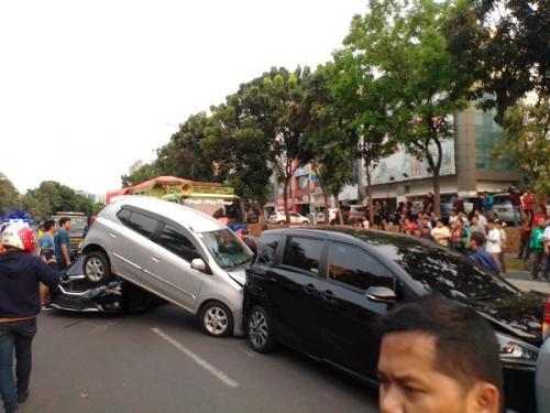 Kecelakaan beruntun di Jalan Boulevard Bintaro, Pondok Aren, Tangerang Selatan (Tangsel), Jumat (6/9/2019) sore. (Foto : Okezone.com/Hambali)