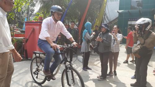 Anies naik sepeda