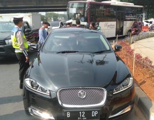 Mobil Dewi Perssik ditilang.