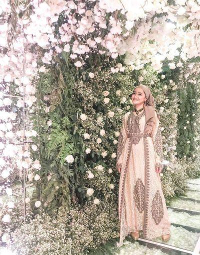 Marcella Simon tampul mengenakan abaya.