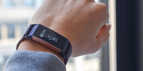 Fitbit Charge 3 adalah perangkat terbaik untuk orang yang sering melakukan aktivitas.