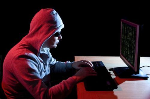 Pria di depan komputer