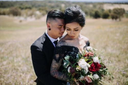 Resepsi pernikahan dipenuhi dengan warna hitam, merah dan oranye.