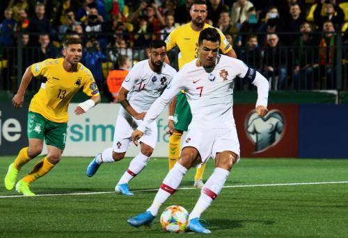 Cristiano Ronaldo mengeksekusi penalti