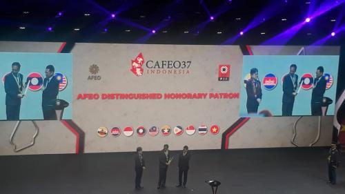 Presiden Joko Widodo menerima penghargaan The AFEO Distinguished Honorary Patron Award (Foto: Okezone.com/Taufik Fajar)
