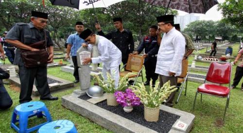 Habibie dan Foke Nyekar ke Makam Ainun Habibie (Foto: Dede K/Okezone)