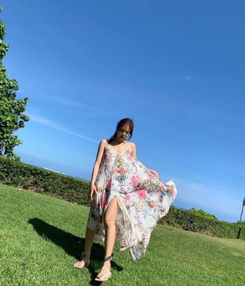 Jennie lagi-lagi membuat netizen histeris ketika melihat posenya yang super seksi dan sensual