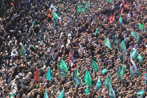 Para peziarah berkumpul di makam Hussein di Karbala