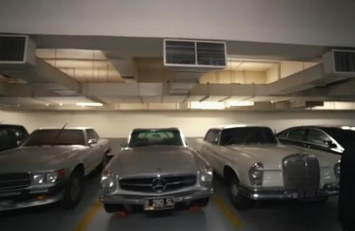 Mobil-mobil diparkir