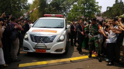 Mobil ambulans membawa jenazah BJ Habibie untuk dimakamkan di TMP Kalibata, Jaksel, Kamis (12/9/2019). (Foto : Okezone.com/Fadel Prayoga)
