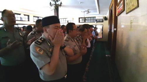 Personel Polrestabes Bandung salat gaib doakan BJ Habibie di Masjid Jami As Syuhada Kota Bandung (Foto : Okezone.com/CDB Yudistira)