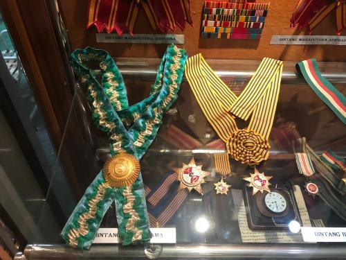 Hasil gambar untuk President BJ Habibie dapat Penghargaan   GIF