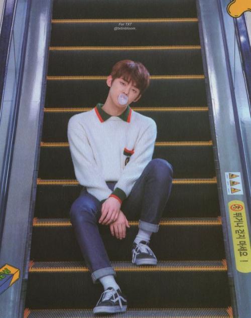 Yeonjun di eskalator