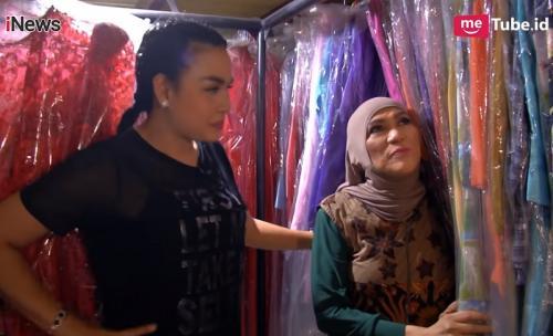 Ada lebih dari 600 baju yang akan dihibahkan Dorce Gamalama pada 15 September mendatang. (Foto: YouTube/Alvin & Friends/iNews TV)