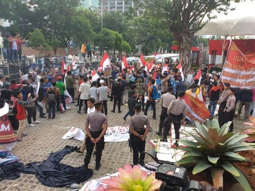 Bentrokan antara demonstran dan polisi terjadi di Gedung KPK (Foto: Okezone.com/Putera)