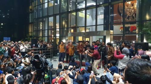 Komisioner KPK konferensi pers di depan Gedung KPK. (Foto : Okezone.com/Puteranegara Batubara)