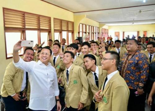 Bamsoet berfoto bersama mahasiswa usai berikan kuliah umum di Unperba. (Ist)