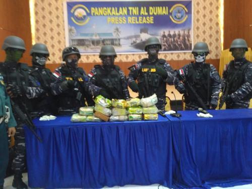 TNI AL gagalkan penyelundupan 15 kg sabu di Perairan Bengkalis. (Foto: Banda Haruddin Tanjung/Okezone)