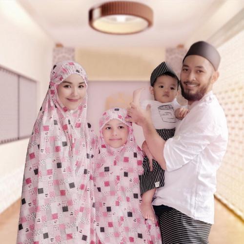Uki bersama keluarganya