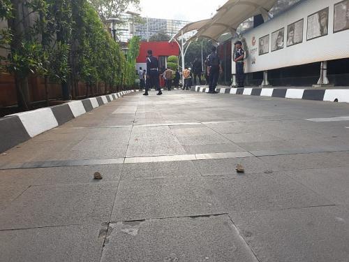 Bentrokan di KPK, lemparan batu sampai ke kawasan gedung (Foto: Okezone.com/Putera)