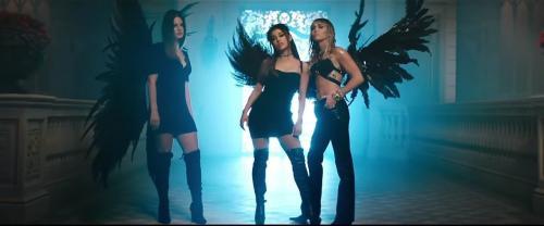 Tiga perempuan berbaju hitam