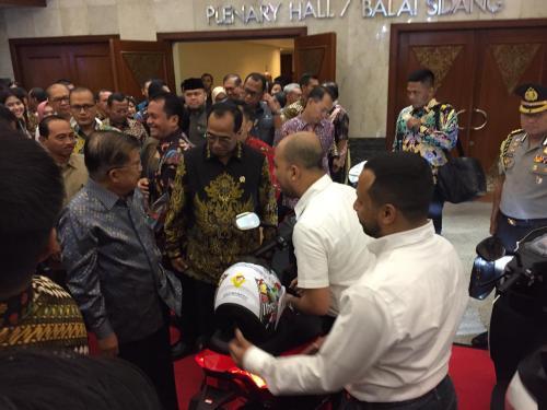 Wakil Presiden Jusuf Kalla bersama Menteri Perhubungan Budi Karya Sumadi dan Menteri ESDM Ignasius Jonan membuka Indrotrans Expo 2019 (Foto: Okezone.com/Giri Hartomo)