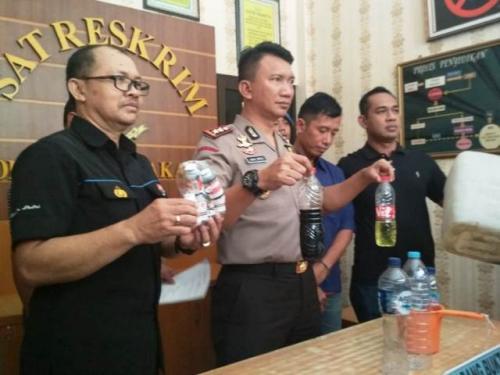 Pembuat miras oplosan yang menewaskan 5 pemuda di Solo menyerahkan diri. (Foto: Bramantyo/Okezone)