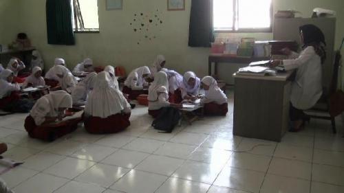 Siswa SDN Pekayon Jaya III Bekasi Selatan, Kota Bekasi, belajar secara lesehan karena tidak adanya meja dan bangku. (Ist)