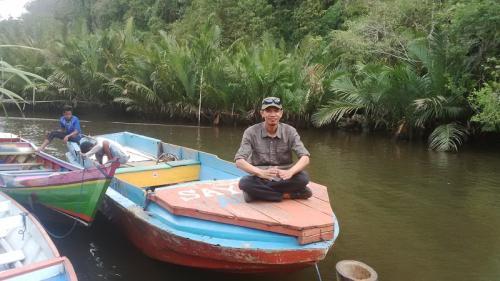 Pria di atas perahu